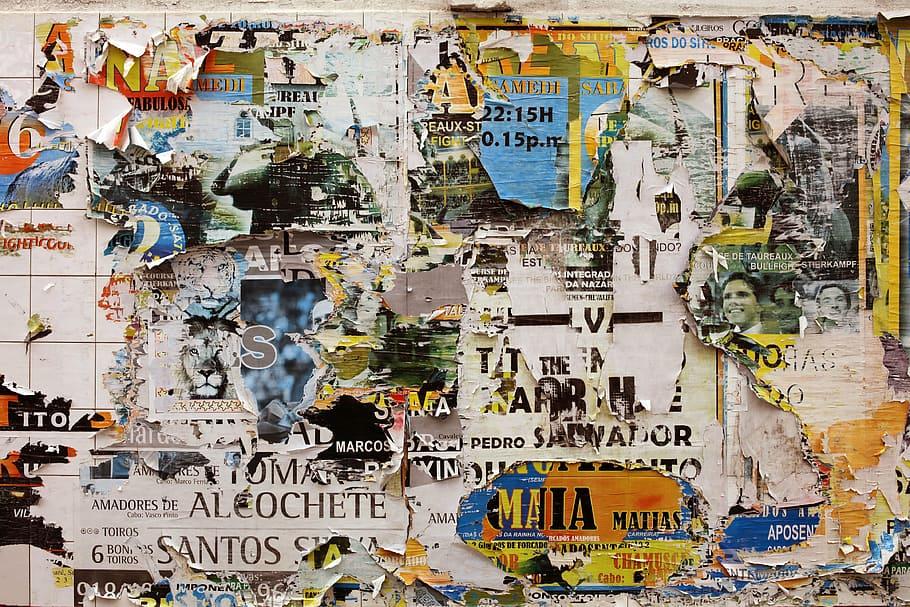 Parede com colagens de papel - Palimpsesto criativo