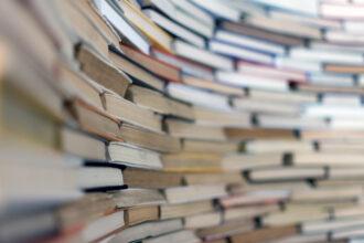 Livros em perspectiva na estante
