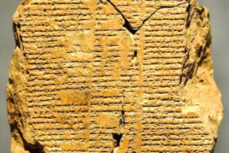 Tabuleta V da epopeia de Gilgamesh do período baibilônico, entre 2003 e 1595 a.C.