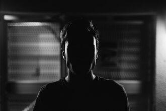 Homem contra luz, rosto escuro
