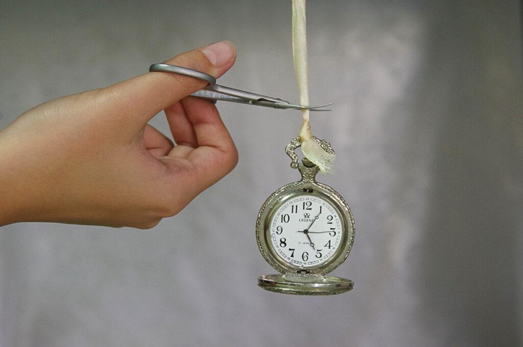 Relógio de bolso tendo o tirante cortado