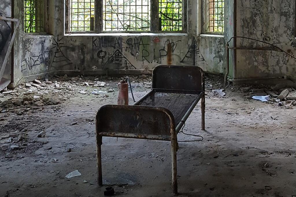 Cama abandonada em local abandonado