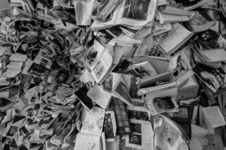 Muito livros pendurados no texto, vistos debaixo